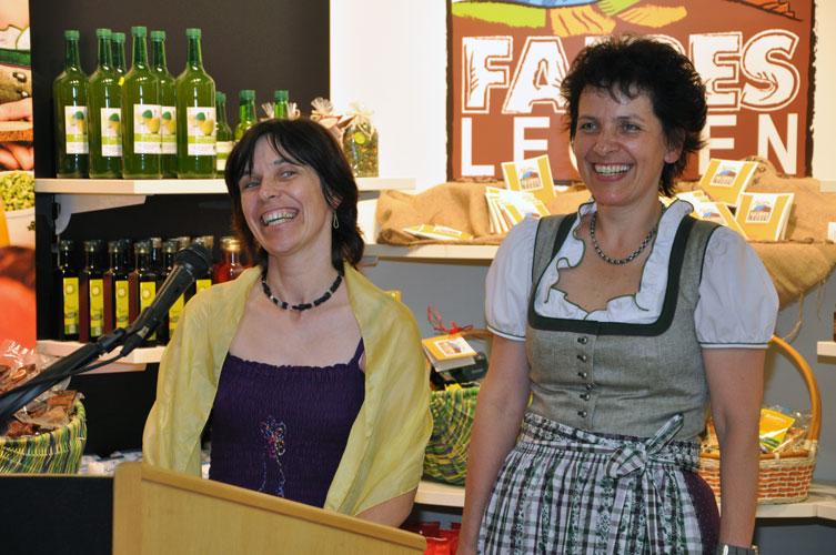 v.l. Marianne Pirsch, Erna Schuss vor dem 'Faires Leoben'-Regal