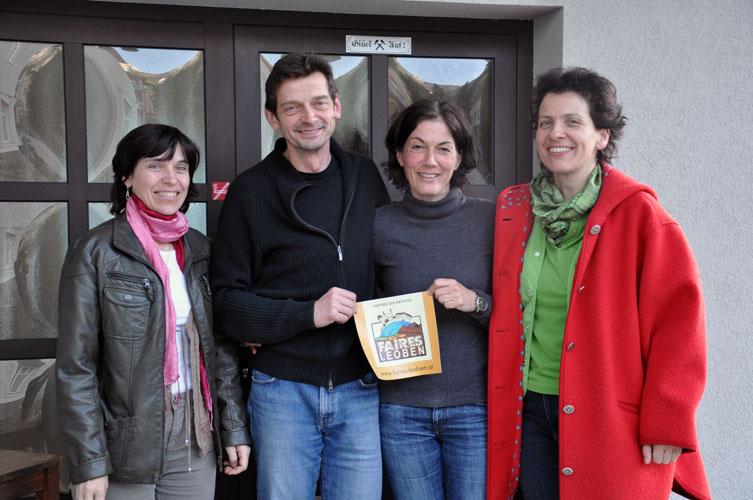 Helga Leis und Reini Schenkermaier mit den Initiatorinnen