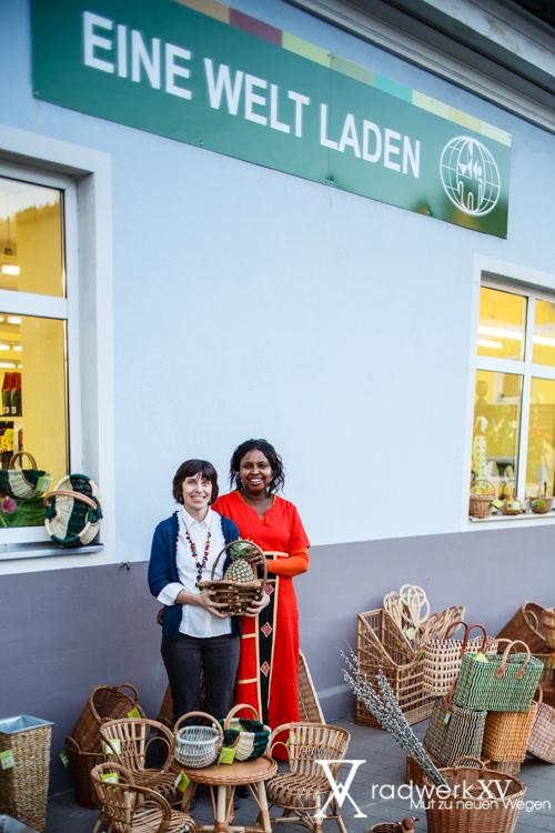 Olivia und Marianne vor dem Verkaufslokal in Niklasdorf